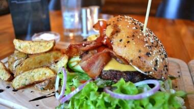Vælg mellem 4 fristende burgere hos Café Kaleidoskop på Frederiksberg