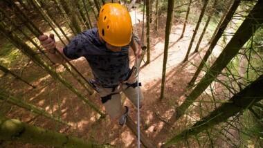 Prøv kræfter med balancegang, svævebaner og klatring i trætoppene