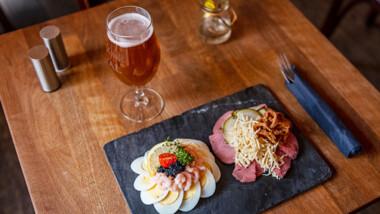 Pariserbøf eller smørrebrød hos hyggelige Cafe Barbar Bar på Vesterbro Torv